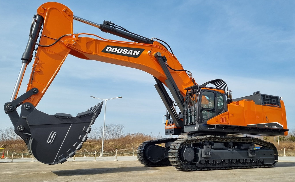This photo provided by Doosan Infracore Co. on March 28, 2021, shows the company's 100-ton excavator. (PHOTO NOT FOR SALE) (Yonhap)
