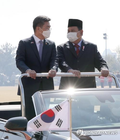 South Korean Defense Minister Suh Wook (L) and his Indonesian counterpart Prabowo Subianto attend a welcome ceremony for the Indonesian minister before their talks at the defense ministry in Seoul on April 8, 2021, in this photo provided by the defense ministry. (PHOTO NOT FOR SALE) (Yonhap)