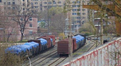 This photo taken on April 17, 2021, shows cargo trains on a railway at a train station in the Chinese border city of Dandong. (PHOTO NOT FOR SALE) (Yonhap)
