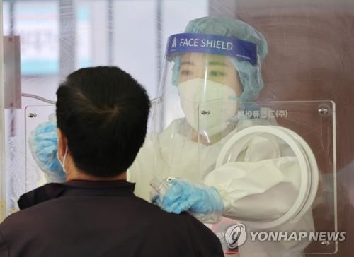 A citizen undergoes a virus test at a makeshift virus testing clinic in Seoul on April 22, 2021. (Yonhap)