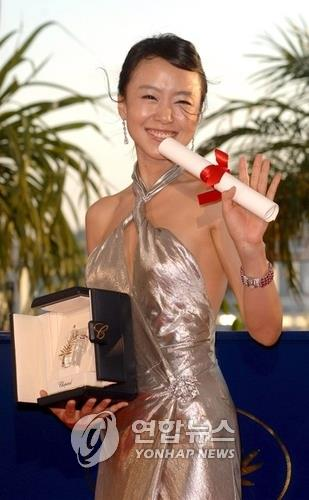 In this EPA photo taken on May 27, 2007, South Korean actress Jeon Do-yeon poses for photo after receiving the best actress award at the 60th Cannes Film Festival. (Yonhap)