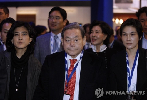 This undated photo provided by Samsung Electronics Co. shows Samsung Group chief Lee Kun-hee (C) at the Consumer Electronics Show (CES) in the United States in 2010, with his daughters Lee Boo-jin (L) and Lee Seo-hyun (R), his son, Lee Jae-yong (rear L), and his wife, Hong Ra-hee (back R). (PHOTO NOT FOR SALE) (Yonhap)