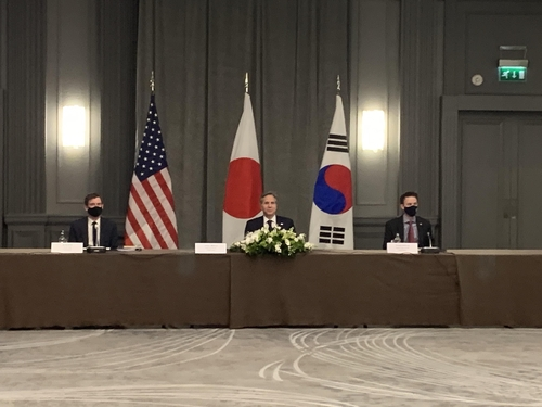 U.S. Secretary of State Antony Blinken (C) is seated at a trilateral meeting of the foreign ministers of the United States, South Korea and Japan on the margins of the Group of Seven foreign and development ministers meeting in London on May 5, 2021. (Yonhap)