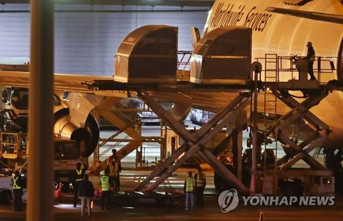 Another batch of Pfizer Inc.'s COVID-19 vaccine is unloaded from a cargo plane at Incheon International Airport, west of Seoul, on May 5, 2021. (Yonhap)