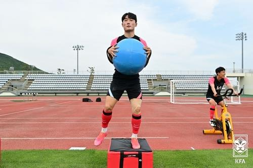 Um Won-sang of the South Korean men's Olympic football team trains at Kang Chang-hak Stadium in Seogwipo, Jeju Island, on June 1, 2021, in this photo provided by the Korea Football Association. (PHOTO NOT FOR SALE) (Yonhap)