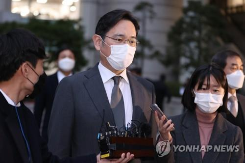 This file photo shows Samsung Electronics Co. Vice Chairman Lee Jae-yong (C) leaving the Seoul High Court on Nov. 9, 2020, after attending a hearing on his bribery scandal. (Yonhap)