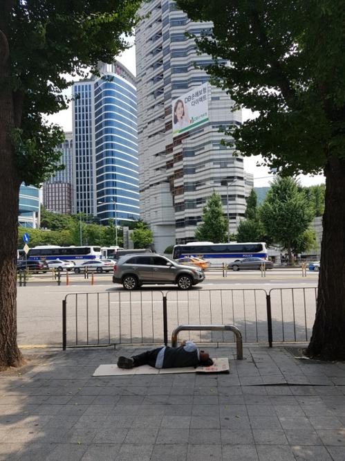 [최악폭염] 타오르는 거리…그늘이 안식처인 노숙인들 - 3