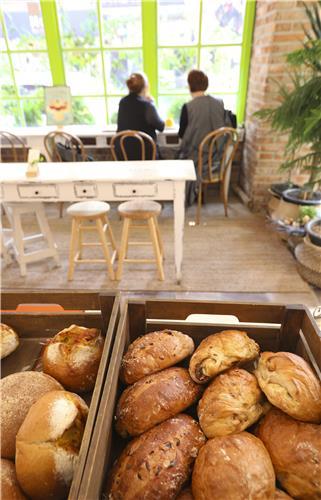보정동의 한 베이커리. 풍성한 빵과 함께 담소를 나누는 모습이 여유롭다.(성연재)