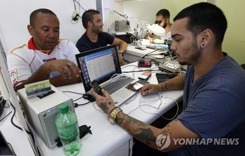 쿠바의 휴대전화 수리센터 [EPA=연합뉴스]