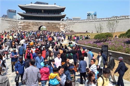 (서울=연합뉴스) 복구 기념식이 열린 2013년 5월 숭례문과 행사장을 찾은 시민들.