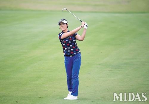 대만 신이 골프클럽에서 열린 '대만여자오픈 with SBS Golf' 최종 라운드에서 1번 홀 아이언 샤샷을 날리는 전미정 선수. 위 사진은 4번 홀 그린을 살피는 모습. KLPGA 제공