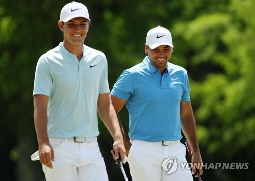 PGA투어에 무려 19번이나 스폰서 초청으로 출전한 라이언 러플스(왼쪽)가 제이슨 데이와 짝을 이뤄 경기를 하고 있다.[AFP=연합뉴스]