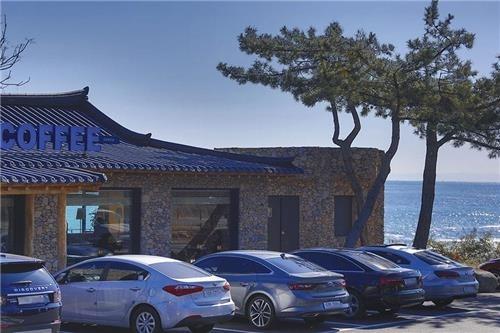 부흥해수욕장 인근에는 멋진 기와집 카페도 있어 서핑 뒤 여유를 즐길 수 있다. [사진/성연재 기자]
