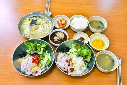 회밥과 회국수, 칼국수(오른쪽 아래부터 시계방향으로) [사진/성연재 기자]