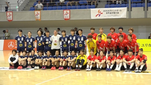 여자부 경기 시작 전에 양팀의 단체 사진 촬영 모습.
