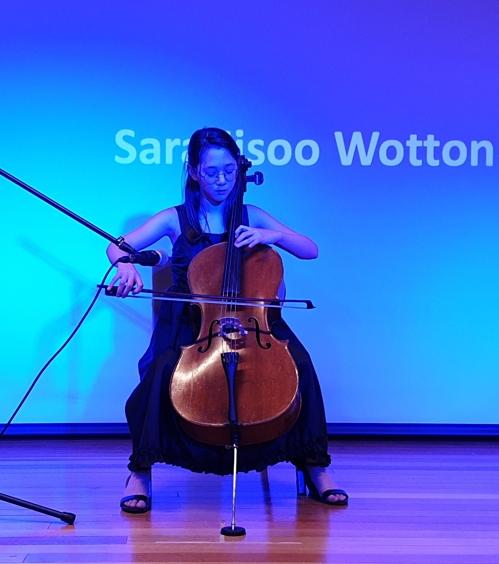 영화 상영 중간에 첼로를 연주하는 사라 워톤 학생