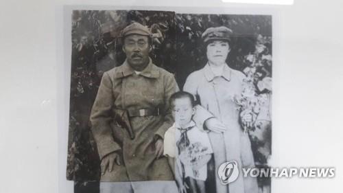 홍범도 장군(왼쪽)과 새 아내 이인복·그녀의 손녀