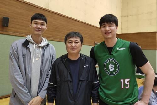 DB로 이적한 김종규(오른쪽)와 이상범 감독(가운데), 김주성 코치.