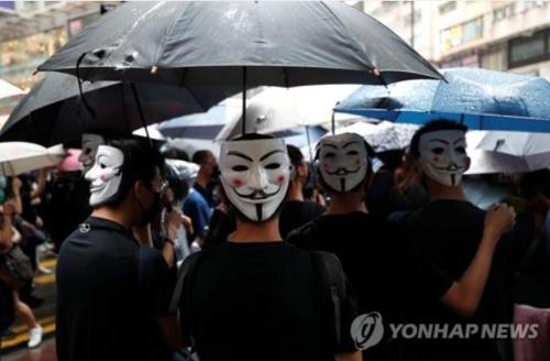 지난 6일 코즈웨이베이 지역에서 복면금지법 반대 시위를 벌이는 홍콩 시민들