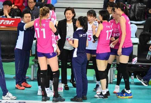 지난 시즌 챔프전 때 선수들에게 작전을 지시하는 박미희 흥국생명 감독(중앙)