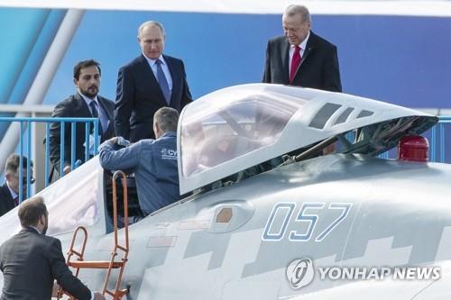 SU-57 전투기를 살펴보는 푸틴 러시아 대통령과 에르도안(우) 터키 대통령