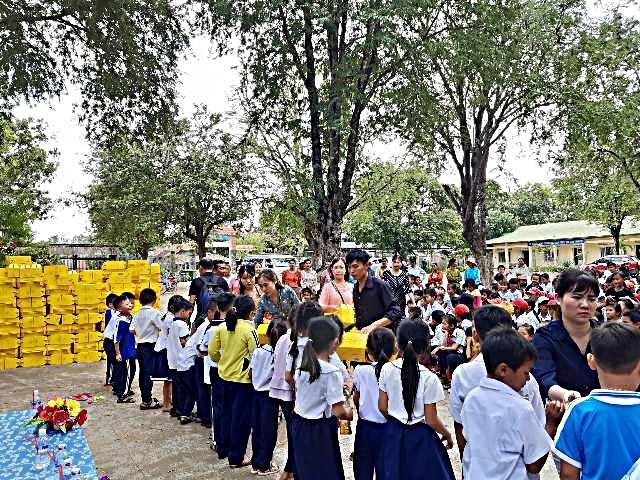 글로벌프랜드가 IBK 호찌민지점과 함께 베트남 닥락성의 소수민족 학생들에게 라면상자를 전달하고 있다. [글로벌프랜드 제공]
