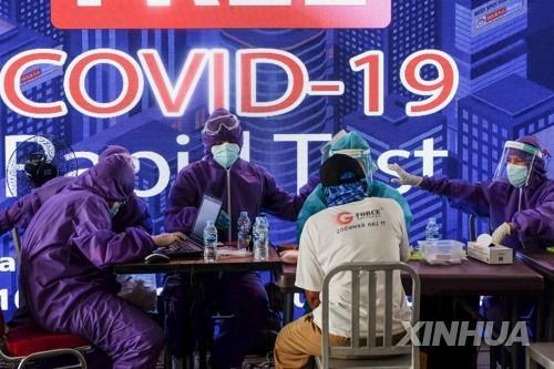 코로나19 검사하는 인도네시아 의료진