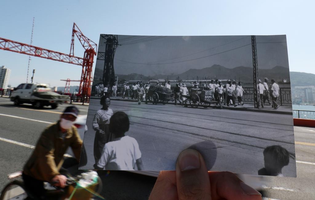 1952년 영도다리를 오갔던 피란민과 2020년 영도대교를 건너는 사람들