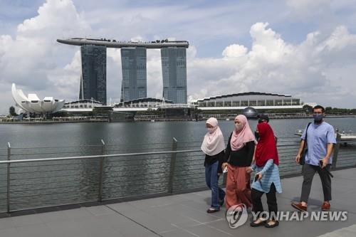싱가포르 마리나 베이 지역 인근을 걷고 있는 사람들. 2020.6.30