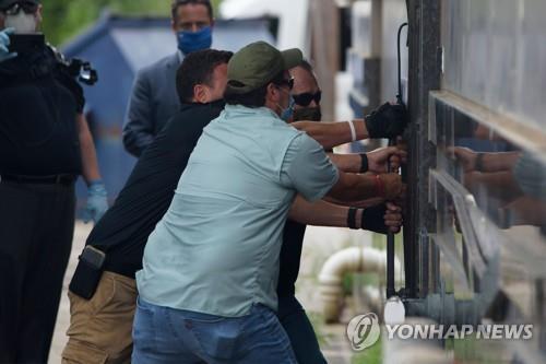 휴스턴 주재 중국총영사관 뒷문을 강제로 여는 미국 관리들(자료사진)