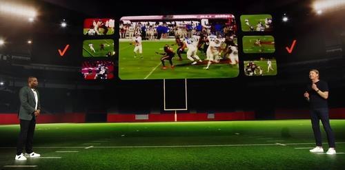 한스 베스트버그 버라이즌 CEO가 11일(현지시간) CES에서 기조연설을 하며 NFL 경기 장면을 최대 7개 카메라로 잡아 생중계하는 기술을 소개하고 있다. [CES 기조연설 동영상에서 캡처, 재배부 및 DB 금지]