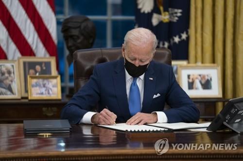 이민 관련 행정명령에 서명하는 바이든 미 대통령 [AP=연합뉴스]