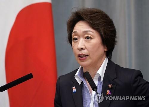 하시모토, 도쿄 올림픽 조직위원회 위원장에서 '강제 키스'논란