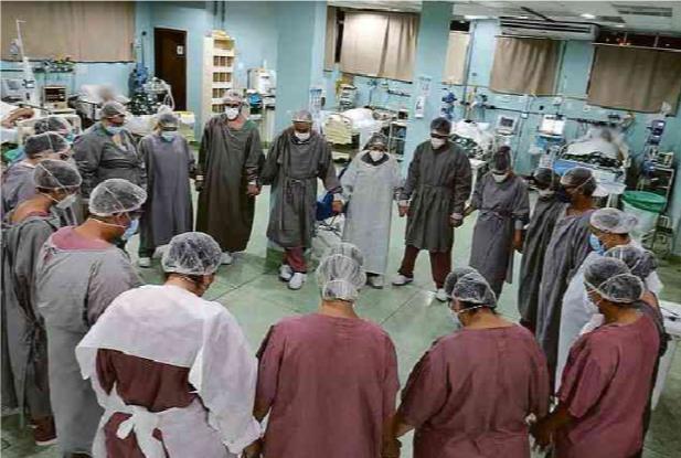 기도하는 브라질 의사와 간호사들