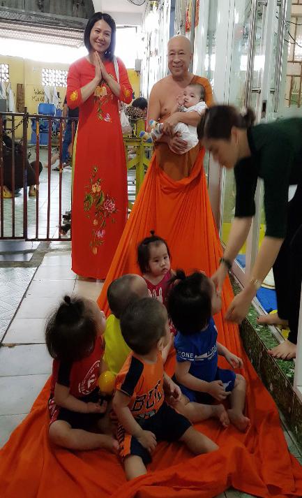 베트남 보육원에서 봉사활동 하는 흐엉씨