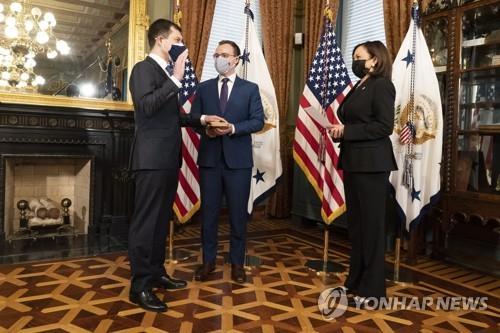 취임선서 하는 '성 소수자' 부티지지 미 교통장관