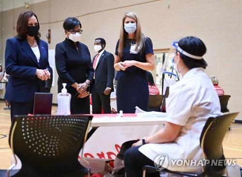 카멀라 해리스 미 부통령(맨 왼쪽)이 14일(현지시간) 사우스캐롤라이나의 임시 백신 접종소를 찾아 의료진들과 대화하고 있다. [AFP=연합뉴스]