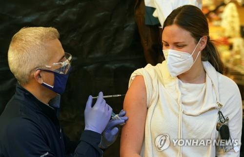 미 미주리주 SSM 헬스 세인트메리 병원에서 한 간호사가 코로나19 백신을 맞고 있다. [UPI=연합뉴스 자료사진]