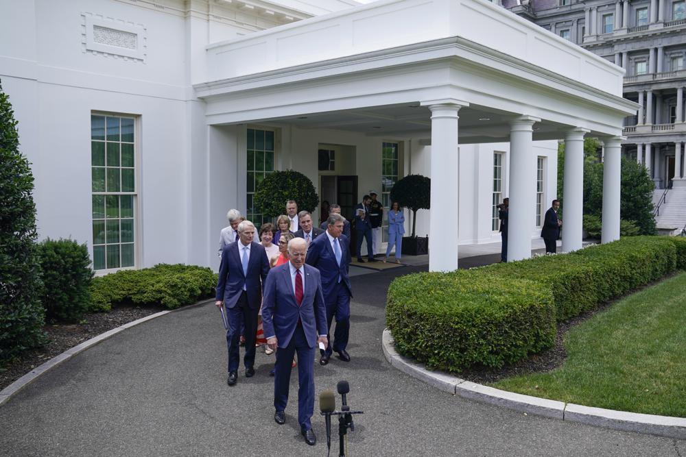 예산 협상 타결 후 언론 브리핑장 향하는 바이든과 초당파 의원들