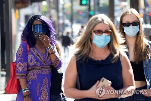 지난 3월 미 캘리포니아주 LA의 할리우드 거리를 마스크를 쓴 사람들이 지나가고 있다. [로이터=연합뉴스 자료사진]