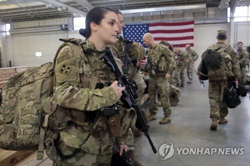 미 육군 여성 장병이 임무 투입을 준비하는 모습. [AP=연합뉴스 자료사진]