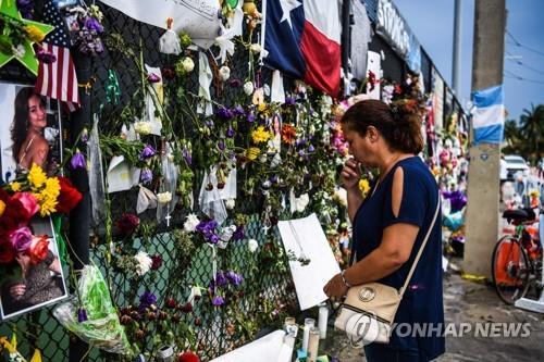 미국 플로리다주 서프사이드 아파트 붕괴 참사 희생자 추모 현장 [AFP=연합뉴스 자료사진]