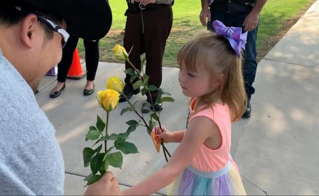 유치원 등원 첫날 사망한 아빠 동료들로부터 노란 장미 선물받는 5살 여아