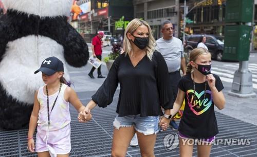 CDC가 실내 마스크 착용을 권고한 지난달 27일 미 뉴욕 거리
