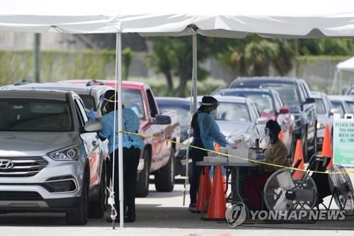 11일(현지시간) 미 플로리다주 마이애미의 코로나19 검사소에 차들이 줄 지어 서 있다. [AP=연합뉴스]