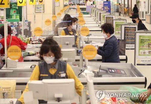 지난해 한 대형마트에 설치된 투명 가림막.[연합뉴스 자료사진]