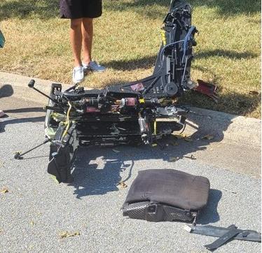 19일(현지시간) 해군의 군용 훈련기 추락 사고가 벌어진 미 텍사스주 레이크워스 주택가에 추락 잔해가 떨어져 있다. [로이터=연합뉴스. 재배부 및 DB 금지]