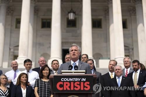바이든 정부 비판 기자회견하는 공화당 의원들