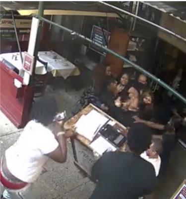 [커마인스 CCTV 캡처·재판매 및 DB 금지] 한인 여성 종업원을 공격하는 흑인 여성 관광객들