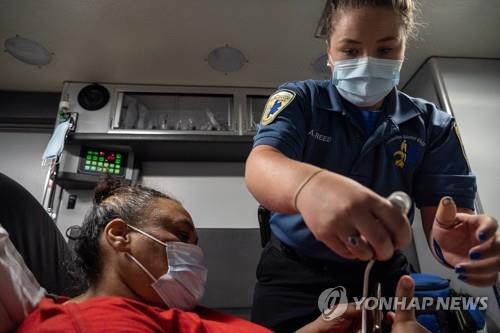 미국 한 병원의 응급실 밖 구급차에서 긴급치료를 받는 코로나19 환자